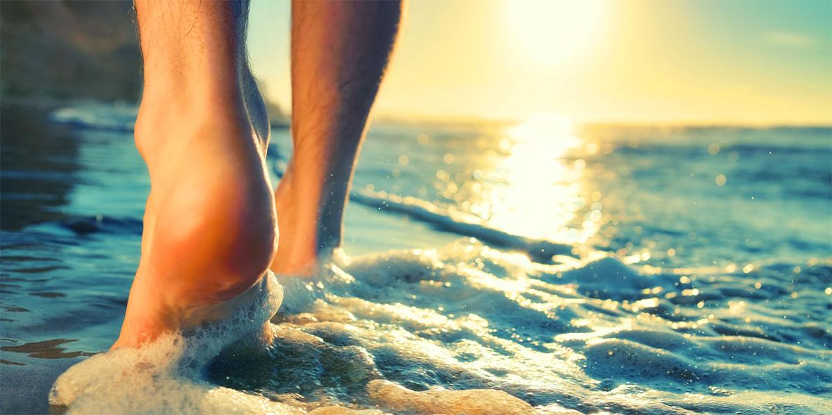 fötter-i-vattnet-på-stranden